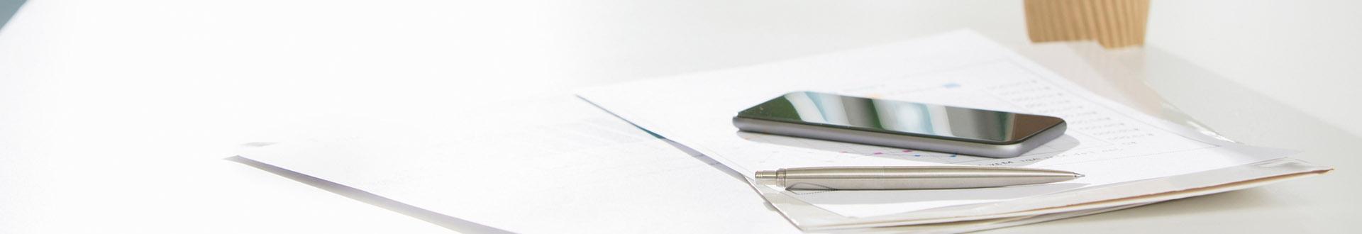 Długopis i telefon na dokumentach